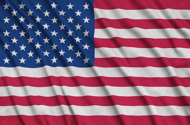 アメリカ合衆国の旗は、多くのひだのあるスポーツ布生地に描かれています。 Premium写真