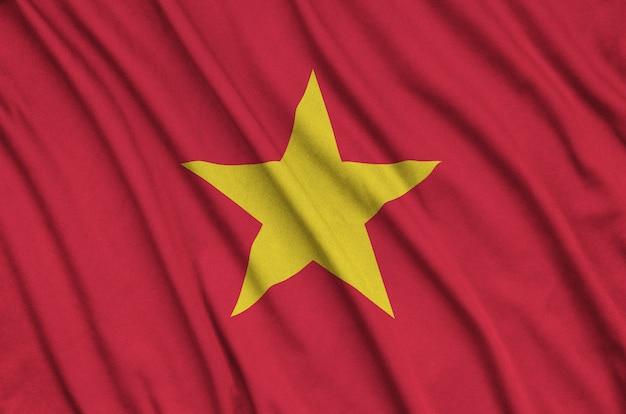 ベトナム国旗は、多くのひだのあるスポーツ用布地に描かれています。 Premium写真