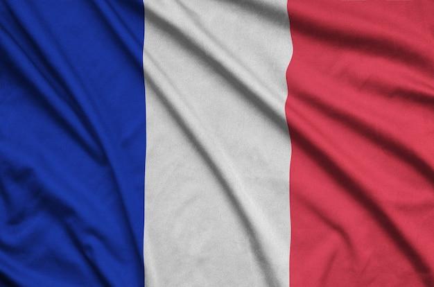 フランスの旗は、多くのひだのあるスポーツ布の生地に描かれています。 Premium写真
