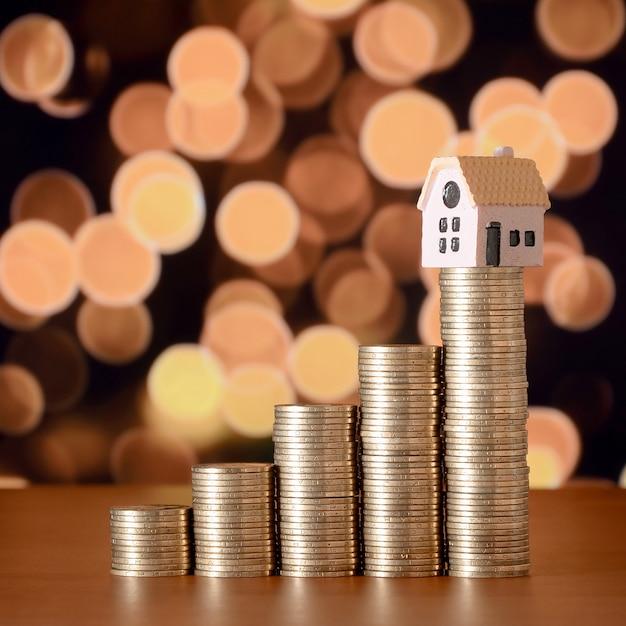 Планирование сбережения денег монет для покупки концепции дома Premium Фотографии
