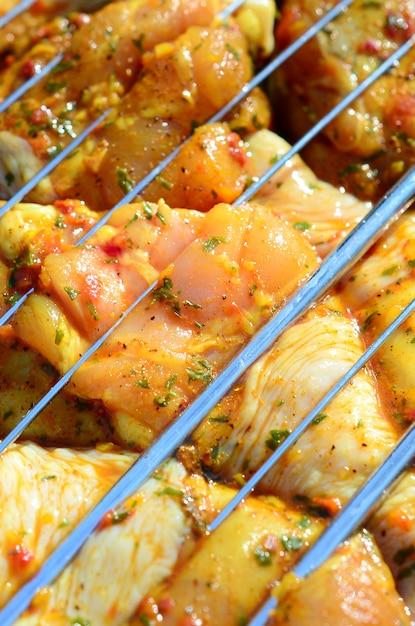 ホットバーベキューチャコールグリルで鶏肉のマリネ Premium写真