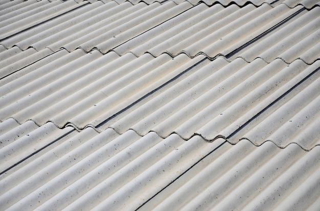 アスベスト材料で作られた古いサンプルの灰色のスレート屋根の断片 Premium写真
