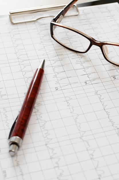 График электрокардиограммы, анализ сердца. черный буфер обмена, Premium Фотографии