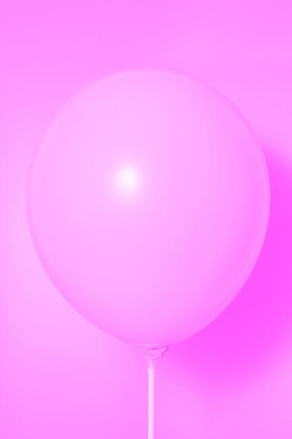 Розовый шар на розовом фоне с тенью. боковые блики. Premium Фотографии