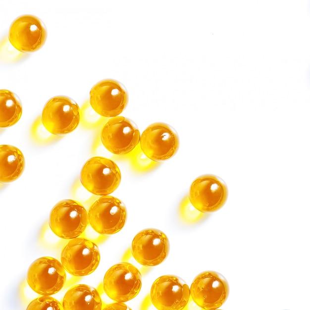 白地に黄色の丸薬タブレット Premium写真