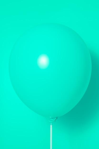 Зеленый шар на зеленом фоне с тенью. боковые блики. Premium Фотографии