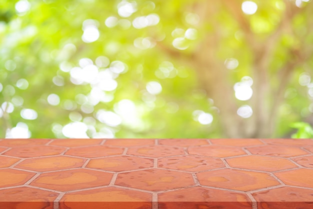 視点空月レンガのフロアーリング(粘土レンガ)自然の背景をぼかし Premium写真