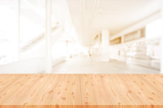 コーヒーショップ、カフェ、バーの背景がぼやけて空の木製テーブルトップ Premium写真