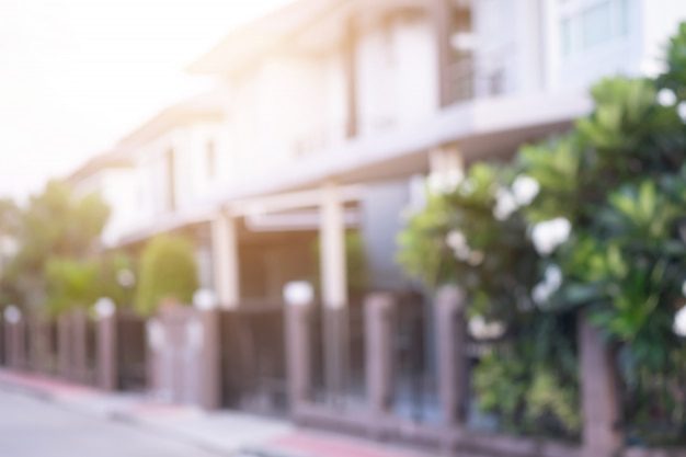 太陽の光で村のモダンな家のぼかし。 Premium写真