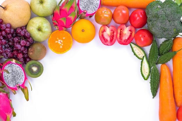 健康的なコンセプト。白い背景に異なる果物や野菜。 Premium写真