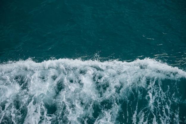 荒れた海、美しい青い海の水と波のビューを閉じる Premium写真
