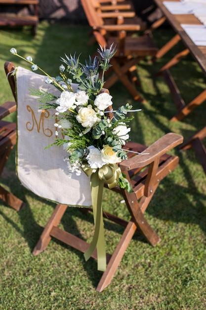 庭の外の花との結婚式 Premium写真