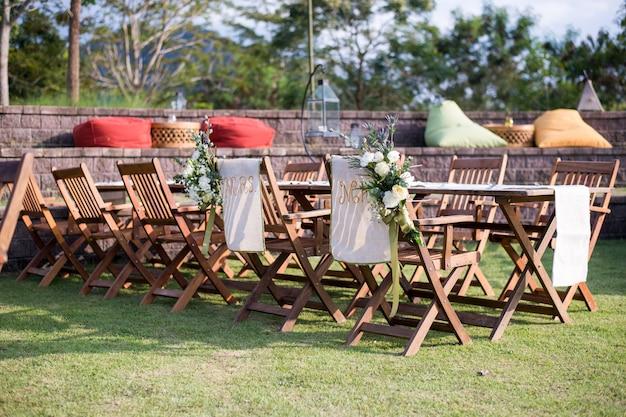 Свадебная церемония с цветами на улице в саду Premium Фотографии