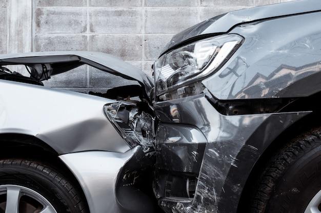 路上での自動車事故 Premium写真