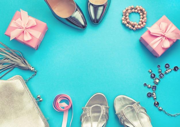 ファッションアクセサリーフラット横たわっている靴シルバー色青色の背景色のセット Premium写真