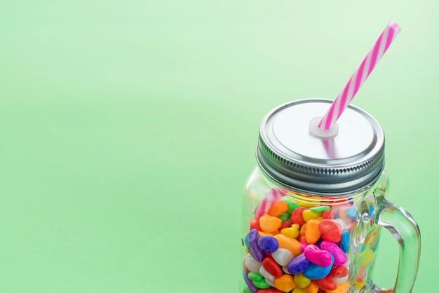 甘いキャラメルカクテルのグラスのマグカップ。 Premium写真