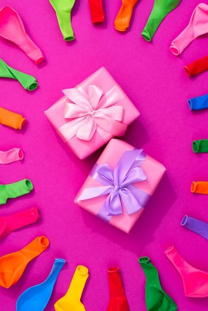 ピンクの背景に色の風船のセット Premium写真
