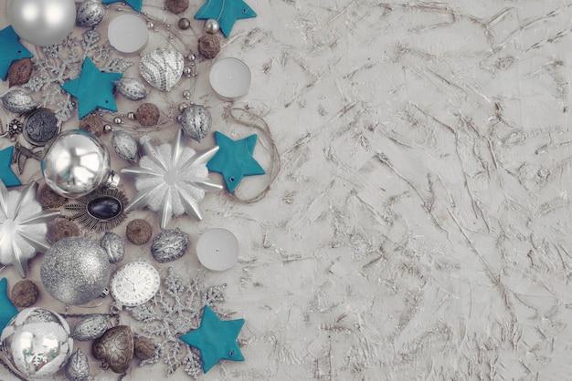 織り目加工の背景におもちゃのクリスマス装飾的組成物。 Premium写真