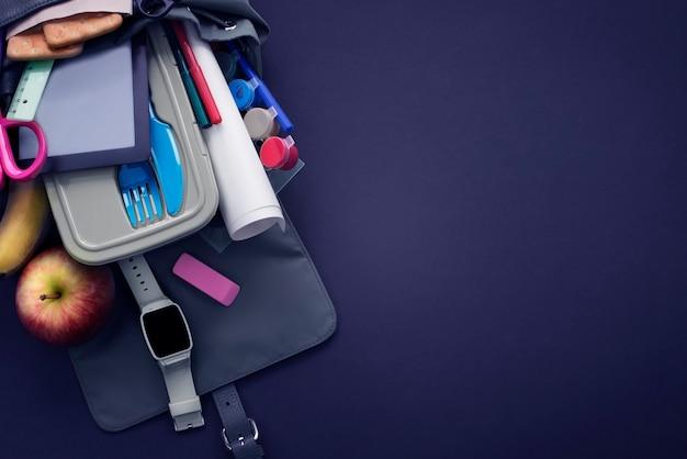 コピースペースで学校に戻るバナーの背景。黒の背景に文房具鉛筆ペン定規バックパックランチボックス Premium写真