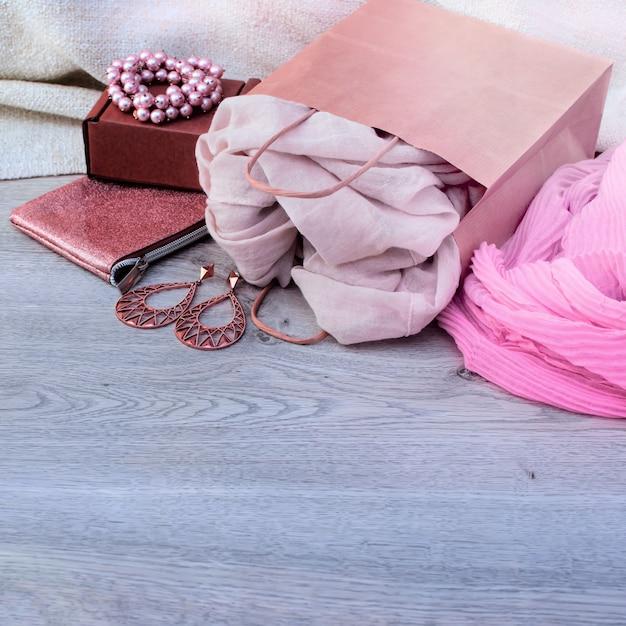 Комплект аксессуаров для женщин, деревянный светлый фон. Premium Фотографии