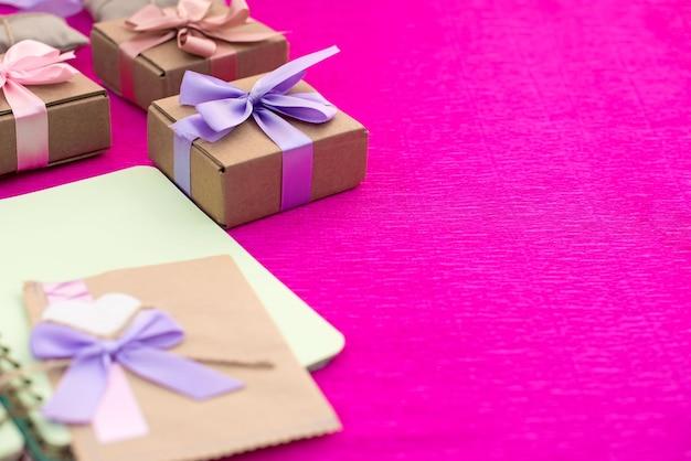Подарки упакованы в крафт-коробки, перевязанные атласной лентой. Premium Фотографии
