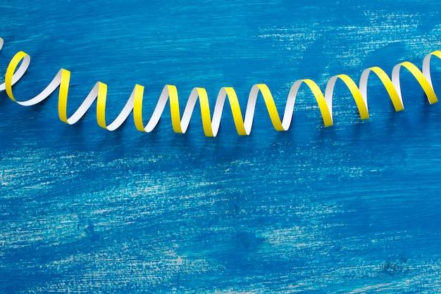 デフォーカスは青い木製ヴィンテージにカラフルな吹流しの蛇紋岩の詳細な画像です。 Premium写真