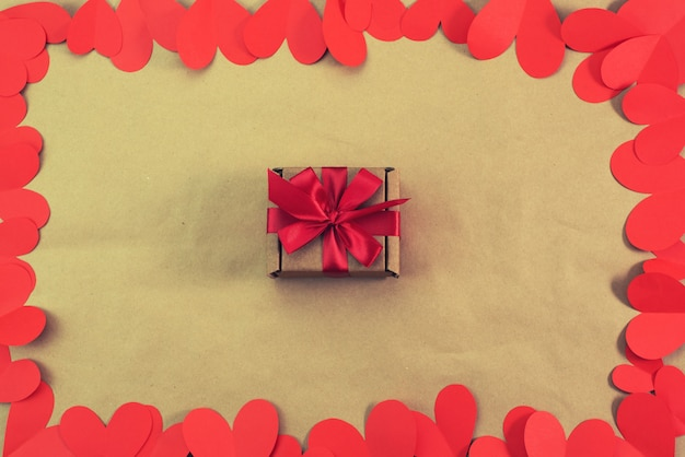 バレンタインデーのギフトの概念と包装赤いハートのフレーム Premium写真