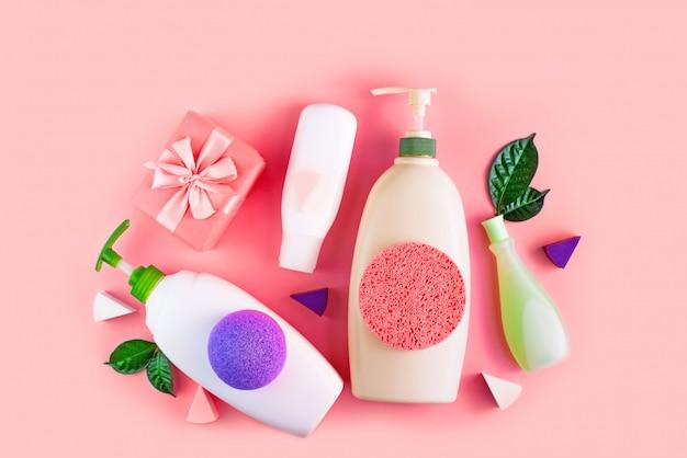 サンゴの背景に体のための化粧品のセット。 Premium写真