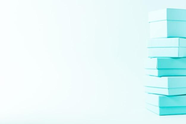 ティファニー青い色パステル背景にボックスのスタックの表示を閉じる Premium写真