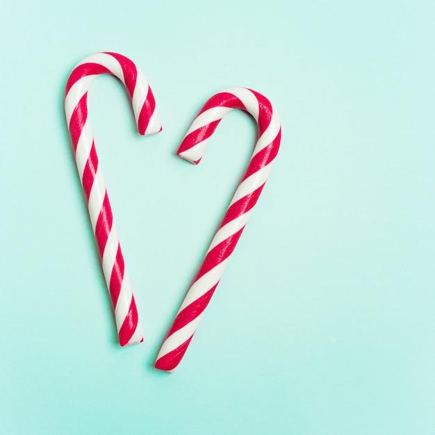 ハート型にレイアウトされたキャンディー杖とクリスマスレイアウト Premium写真