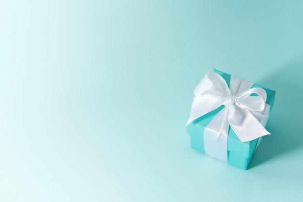 シルクのリボンで結ばれたボックスの表示を閉じる Premium写真