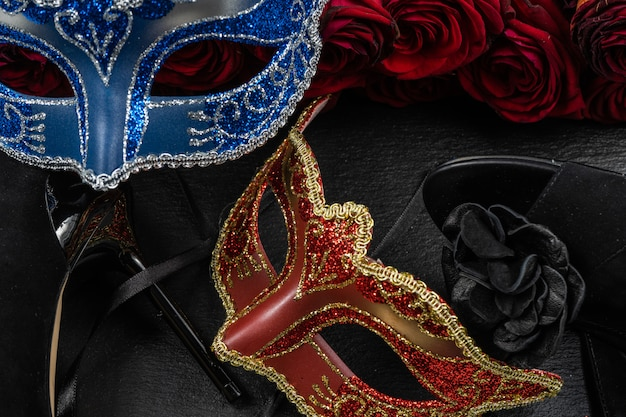 コロンビーナ、赤、青のカーニバルまたは仮面舞踏会マスク。ローズとハイヒールの靴。 Premium写真