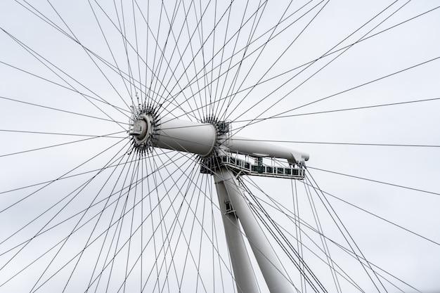 ロンドンアイは、ロンドンのテムズ川南岸にある片持ち式の観覧車です。 Premium写真