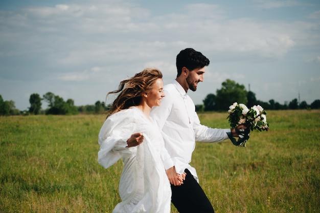 愛の美しい若いカップル Premium写真