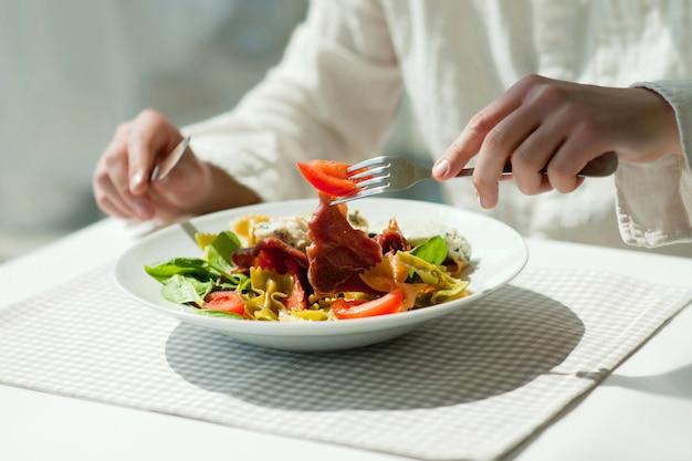 新鮮なギリシャ風サラダと昼食 Premium写真