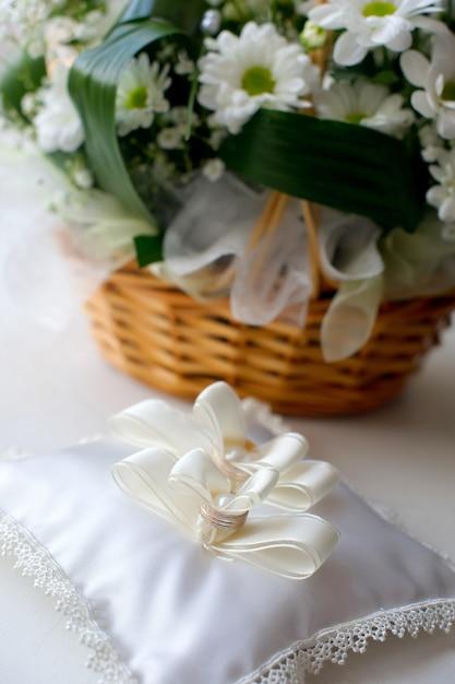 新郎新婦の婚約のための結婚指輪 Premium写真