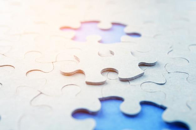 青色の背景に不足しているパズルのピース。 Premium写真