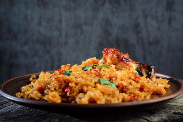 チャーハンと野菜と焼きチキンの木製テーブル Premium写真