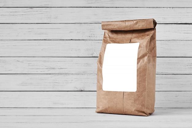 白い背景の上のクラフト紙袋、コピースペース Premium写真