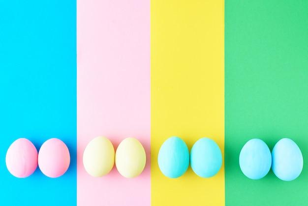 色の縞模様の背景、上面図、ミニマリズムの概念上の卵 Premium写真