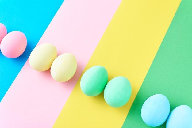 色の縞模様の背景、ミニマリズムの概念上の卵 Premium写真