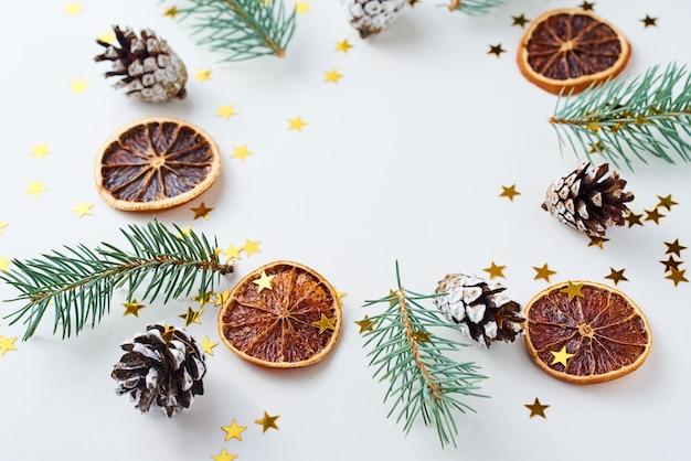 Новогодний фон из сосновых шишек и ели Premium Фотографии