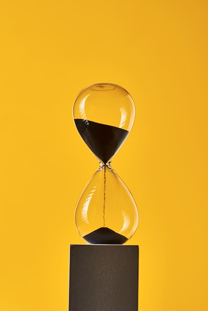 コピースペースと黄色の砂時計。時間切れと締め切りの概念 Premium写真