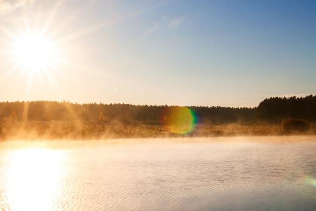 日の出や日没の霧の川。水の上の霧 Premium写真