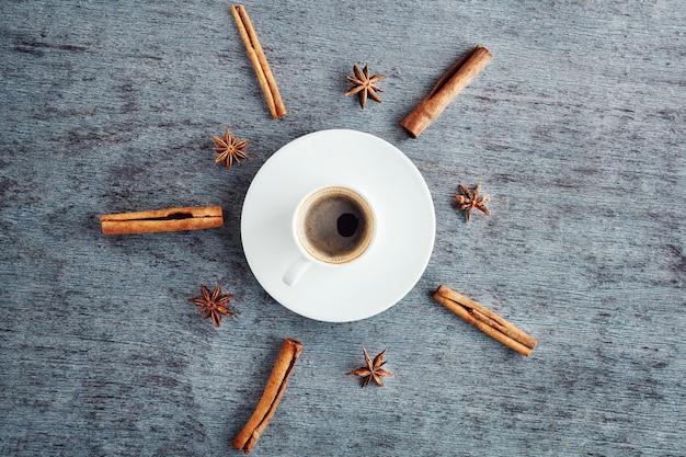 ソーサー、シナモンスティック、アニスのエスプレッソコーヒー Premium写真