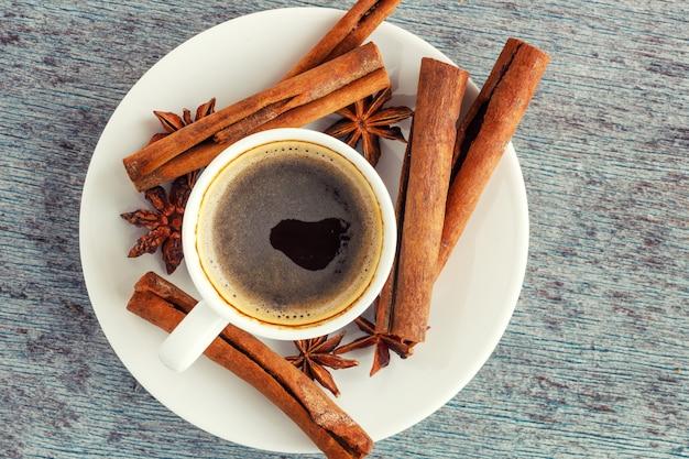 一杯のコーヒー、シナモンスティック、アニススター Premium写真