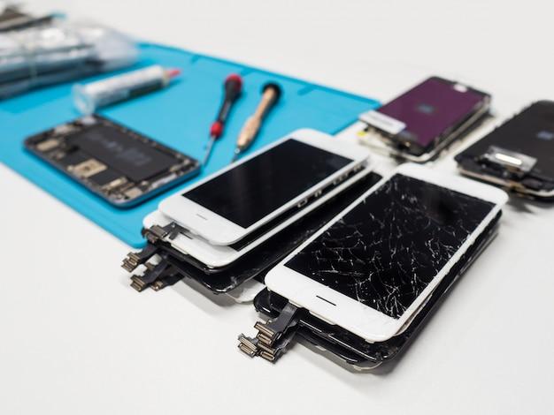 ひびの入ったスマートフォンの画面のグループ Premium写真