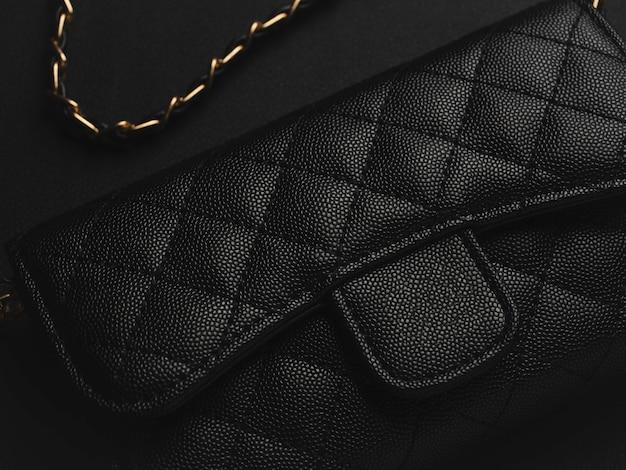 ゴールデンチェーン付きブラックレザーバッグ Premium写真