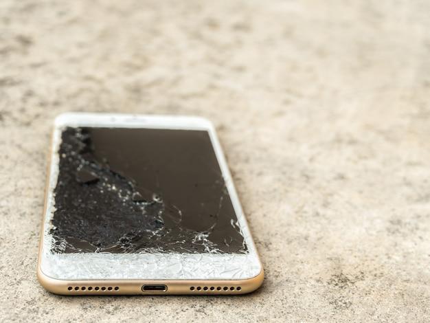 壊れた携帯電話ドロップのクローズアップ Premium写真