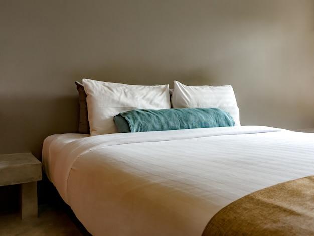 Пустая двуспальная кровать в роскоши и натуральной Premium Фотографии